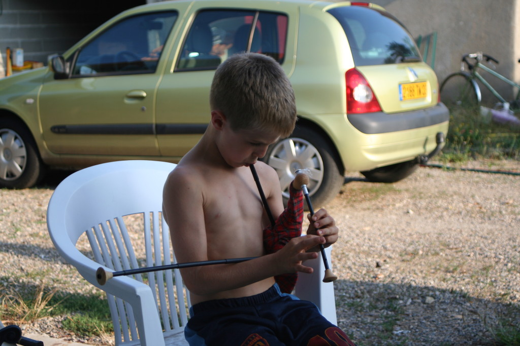 Sa première cornemuse - C'est simplement un gant Mappa, avec quelques bouts de tube en plastique et deux kazoos pour le son.