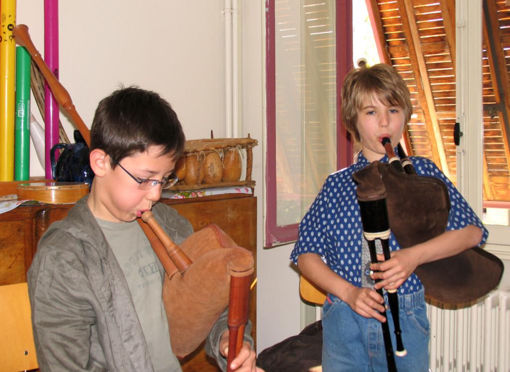 Avril, son premier stage de cornemuse chez les Brayauds, avec une cornemuse d'emprunt