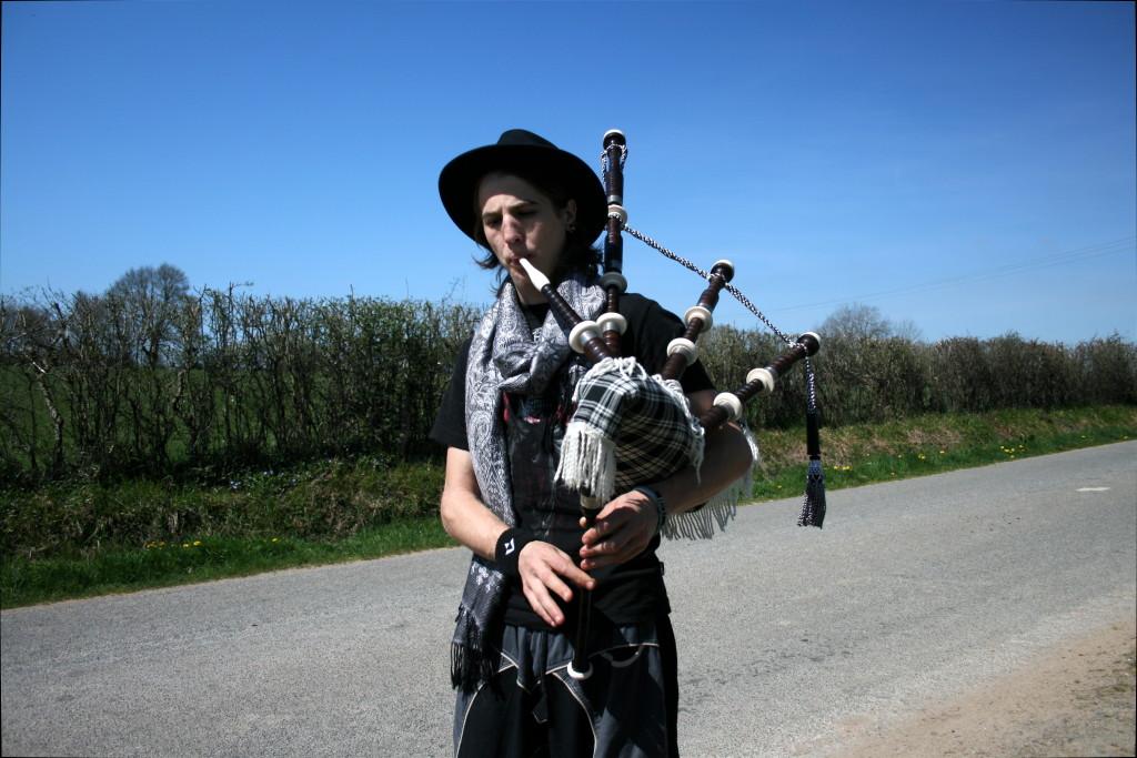 Avril, il se fait plaisir avec ma cornemuse écossaise